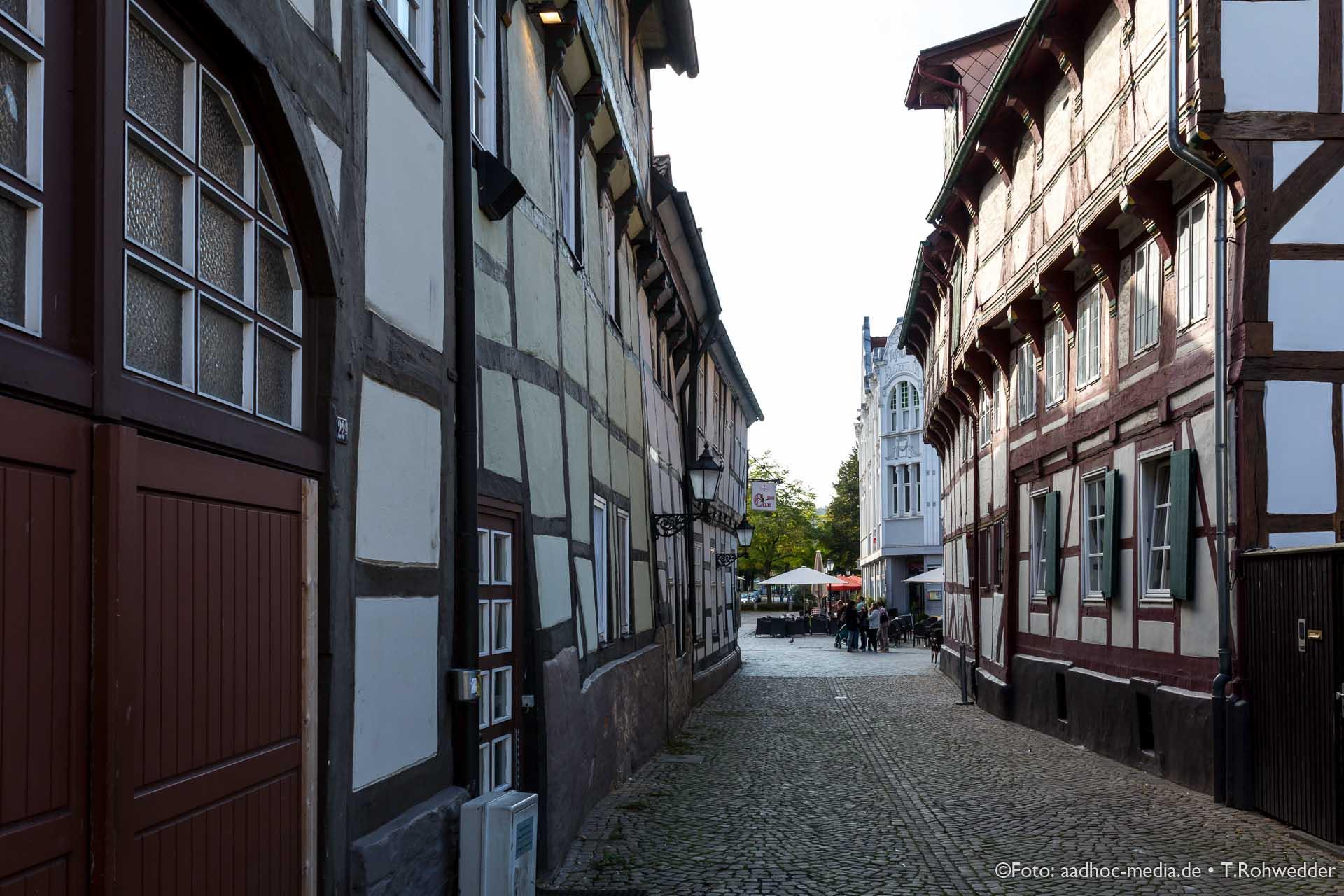 In den Gassen der Altstadt finden sich viele alte Fachwerkhäuser bei der Suche nach dem Rattenfänger von Hameln