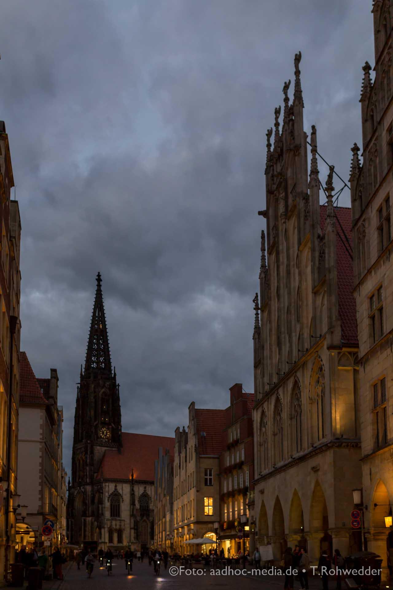 Die perfekte Kulisse für Hochzeitsbilder - vor dem Dom in Münster.