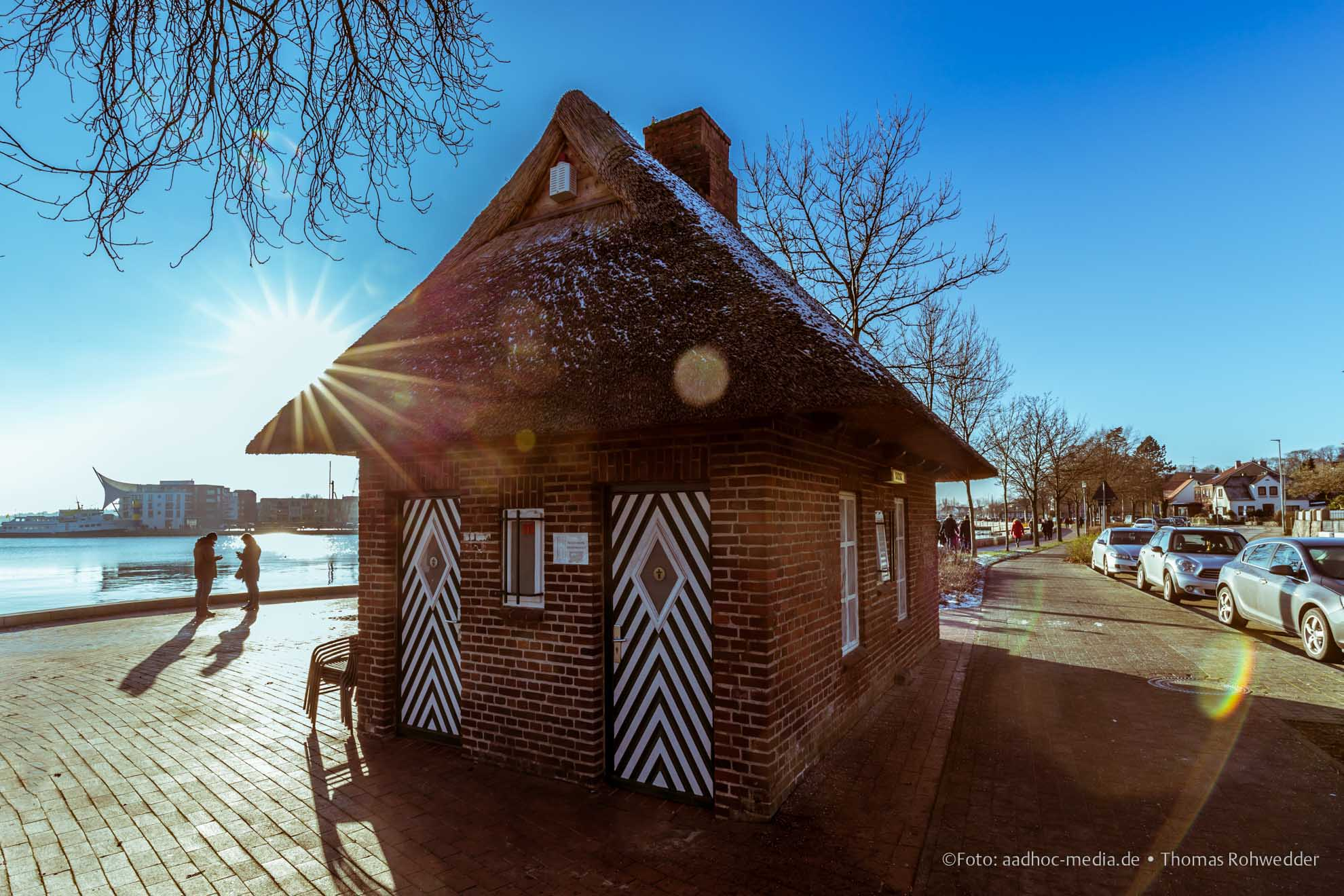 Eckernförde mit strahlender Sonne im Winter mit blauem Himmel. Foto ©: aadhoc-media.de • Thomas Rohwedder
