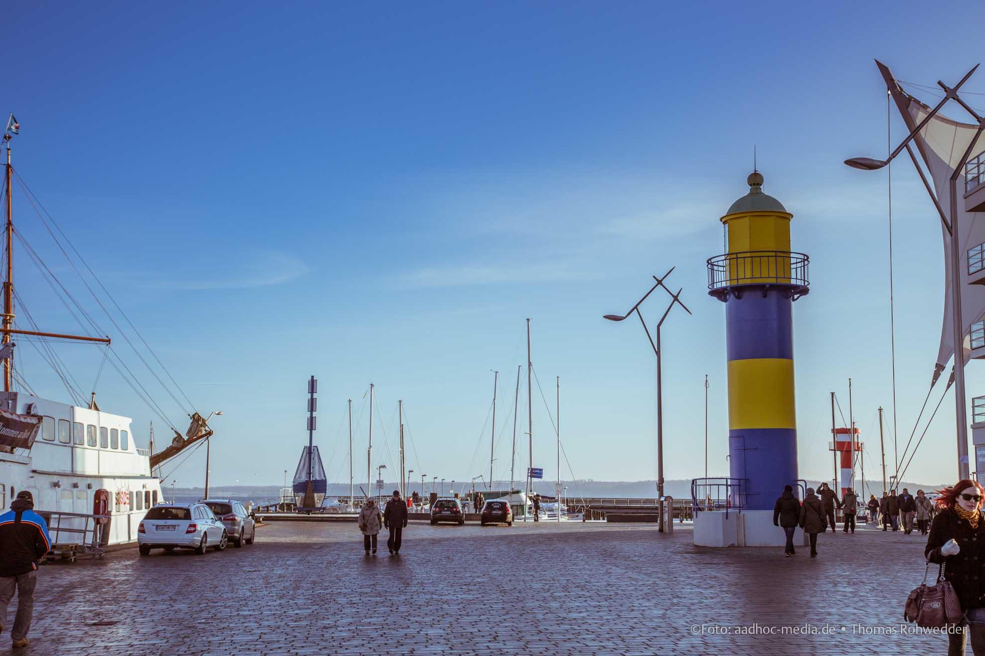 Leuchtturm - Eckernförde mit strahlender Sonne im Winter mit bleuem Himmel. Foto ©: aadhoc-media.de • Thomas Rohwedder