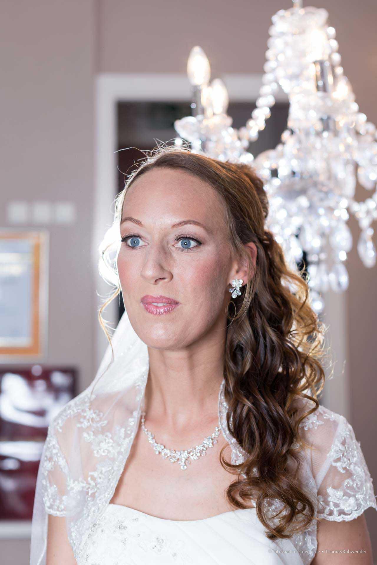 Die Braut - perfekt gestylt kurz vor der Trauung.