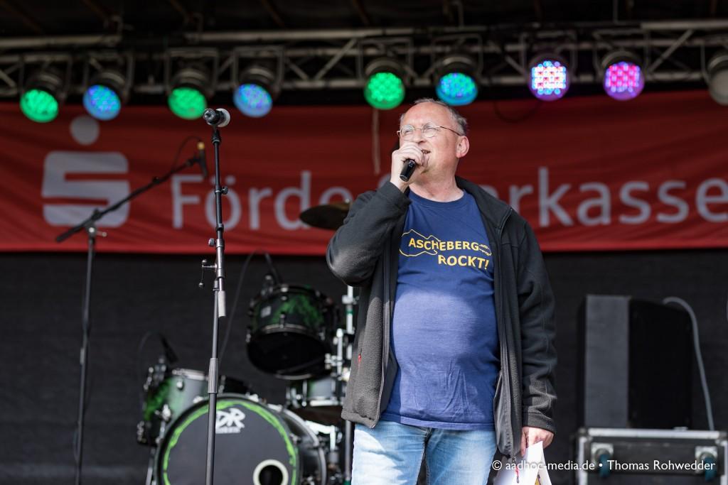 Ascheberg rockt am 1. Mai mit buntem Programm zum 14. Maibaumfest - Peter Stahl moderiert auf der Bühne. • ©aadhoc-media.de • Thomas Rohwedder