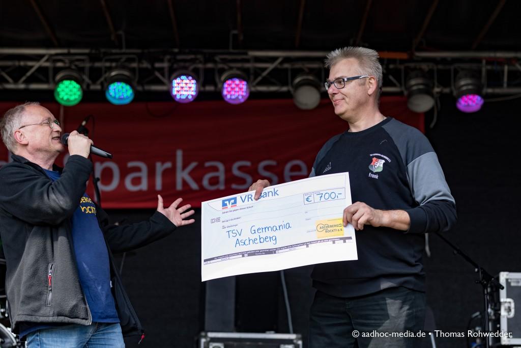 Ascheberg rockt am 1. Mai mit buntem Programm zum 14. Maibaumfest - Peter Stahl bei der Scheckübergabe an den TSV Germania Ascheberg. • ©aadhoc-media.de • Thomas Rohwedder