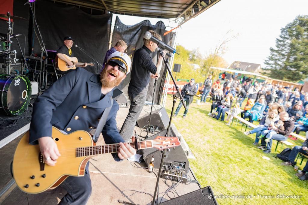 Ascheberg rockt am 1. Mai mit buntem Programm zum 14. Maibaumfest - hier stehen Wolf Barsch mit Seemannsrock auf der Bühne. • ©aadhoc-media.de • Thomas Rohwedder