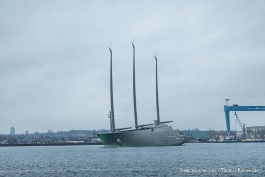 A – die größte Segelyacht der Welt geht auf große Fahrt und verlässt Kiel.