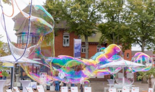 Wenn eine Seifenblase platzt – dann mach einfach neue Seifenblasen – anstatt zu beklagen – dass sie kaputt gegangen ist! Der Momentalist und Fotograf aus Kiel